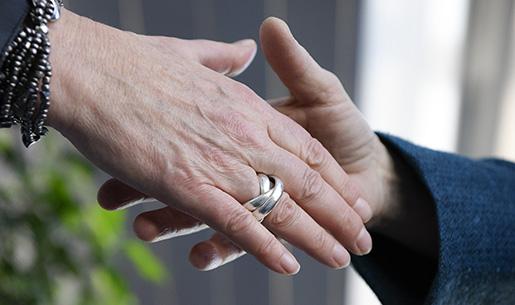 STOCKHOLM 2015-03-18 Handslag mellan tvkvinnor Foto: Anders Wiklund / TT / kod 10040