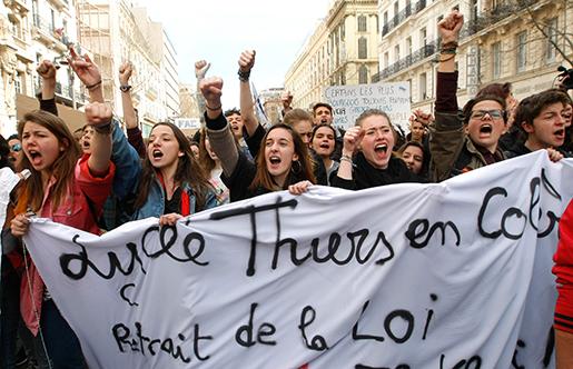 """Studenter demonstrerar i Marseille i södra Frankrike – en av otaliga protester mot """"El-Khomri-lagen"""" på onsdagen. Foto: AP Photo/Claude Paris"""