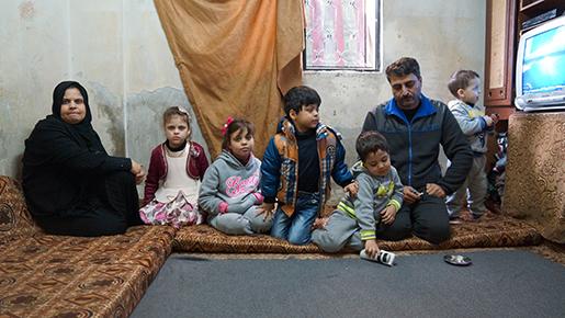 I Damaskus hade familjen Saleh en liten affär. Men i Jordanien får de inte arbeta och är hänvisade till att klara sig med ett mycket litet bidrag från Röda Korset. Mamma Khadra, Malak, 8 år, Riham, 10, Mohammad, 7, Ahmad, 4, pappa Ali och Malek, 3, bor i en liten källarlokal.Foto: Erik Larsson