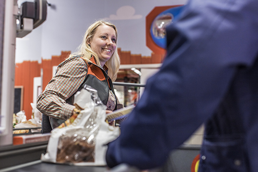 – Jag försöker jobba extra, utan det blir lönen inte kul, säger Tindra Thomasson som är schemalagd på halvtid.Foto: Karl Melander