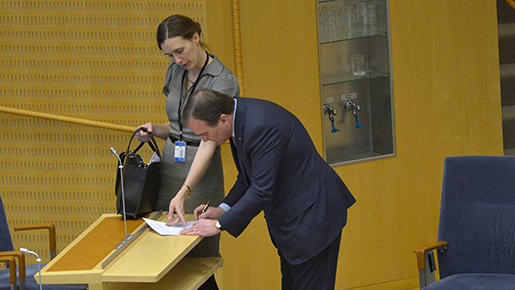 STOCKHOLM 2016-01-28 Statsminister Stefan Lˆfven (S) med penna och papper i samband med frÂgestunden i riksdagen i Stockholm ptorsdagen. Foto: Henrik Montgomery / TT / Kod 10060