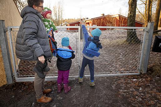 B√‹RUM 20151203. Pappapermisjon Illustrasjonsbilder av en far som er hjemme med sine tre barn. Alle personer i bildet er modellklarerte. Foto: Heiko Junge / NTB scanpix / TT / kod 20520