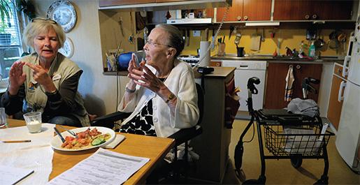Vi har gjort en stor översyn av hemtjänsten med utgångspunkten att bra villkor för personalen är bra för de äldre, skriver Clara Lindblom. På bilden: Agneta Lönnberg från hemtjänsten i Hudddinge gör hembesök hos Birgit Fischer, från ett reportage i Arbetet 2010. Foto: Janerik Henriksson