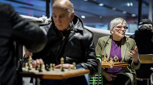 Vida Radon åker från Gnesta till Stockholm city varje dag, för att spela i schackhörnan. Foto: Marcus Ericsson
