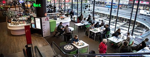 Utsikt över Sergels torg i en av restaurangerna i Kulturhuset, där man kan tillbringa många timmar. Foto: Marcus Ericsson
