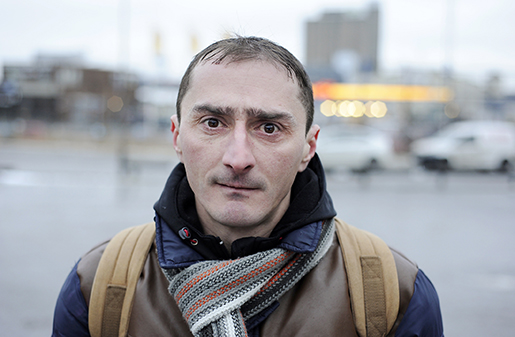 Ciprian Parashiv köar utanför Stadsmissionens verksamhet Crossroads för att få hjälp att få jobb. Drömmen är att komma in i byggbranschen. Foto: Magnus Rosshagen