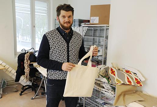 Projektledare Mircea Budulean vill utveckla arbetet med att hjälpa EU-medborgare att hitta alternativ till tiggeri. I verksamheten i Frihamnen finns bland annat en ateljé där tygväskor tillverkas, ett samarbete med Sickla köpkvarter. Foto: Magnus Rosshagen