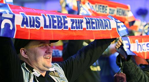 """Anhängare till FPÖ med banderoller som det står """"av kärlek till fosterlandet"""" på. Foto: AP/Ronald Zak"""