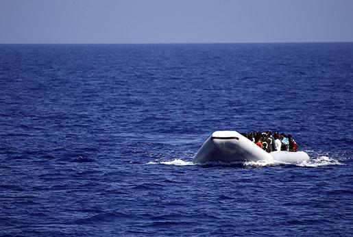 A gummibåt med migranter utanför Libyens kust i juni 2015. Foto: AP /Gregorio Borgia