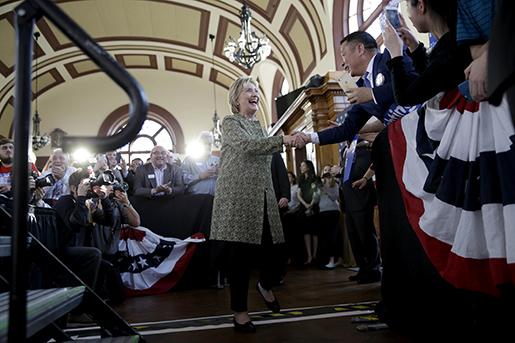 Hillary Clinton anländer till ett valmöte i Staten Island i New York. Foto: AP Photo/Seth Wenig