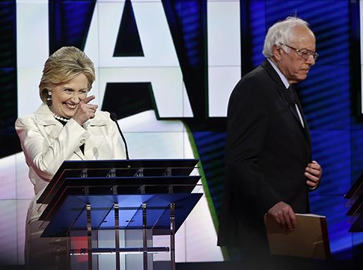 Hillary Clinton och Bernie Sandersi nattens debatt. Foto: AP/Seth Wenig