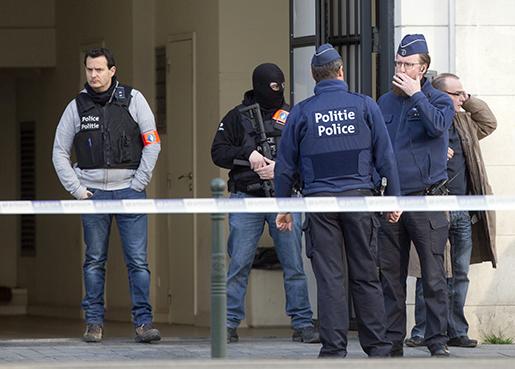 Tungt beväpnad polis utanför domstolen i Bryssel. Foto: AP /Virginia Mayo