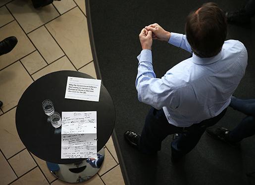 """David Cameron talar inför studenter den 7 april. I hans anteckningar står det """"make no apology"""", be inte om ursäkt. Foto: Dan Kitwood / PA via AP"""