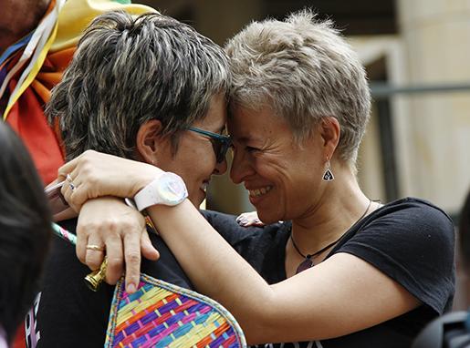 Aktivisterna Sandra Rojas och Adriana Gonzalez firar Författningsdomstolens beslut.  Foto: AP Photo/Fernando Vergara