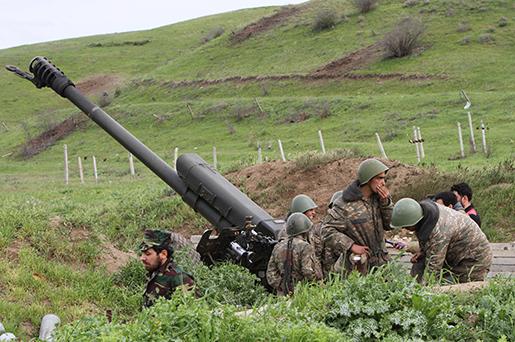 Armenienstödda styrkor nära gränslinjen i Hadrut-provinsen i Nagorno-Karabach. Foto: Albert Khachatryan/Photolure via AP