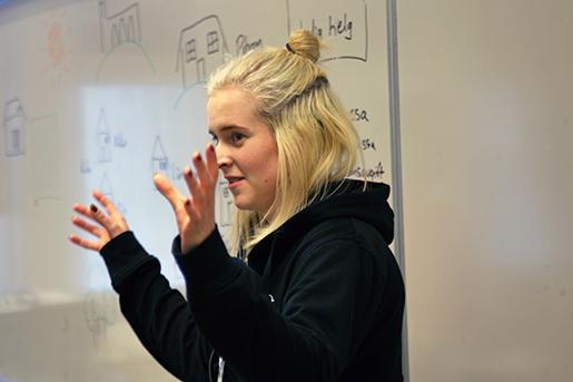 Emmelie Renlund rycker upp skolinformationen i Stockholm Gotland.