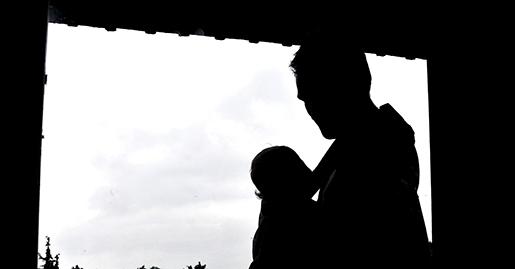GRƒSK÷ 2014-07-22 Pappa b‰r sitt ettÂriga barn i en b‰rsele pmagen. Foto Hasse Holmberg / TT Kod 96