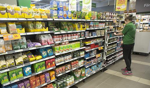 STOCKHOLM 2014-03-24 Sommarjobb. Ung butiksarbetare fyller pvaror i en Coop-butik Foto: Fredrik Sandberg / TT / Kod 10080