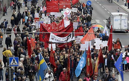 STOCKHOLM 20150501 Socialdemokraternas fˆrstamajtÂg i Stockholm passerar Kungsgatan Foto Jonas Ekstrˆmer / TT / kod 1003