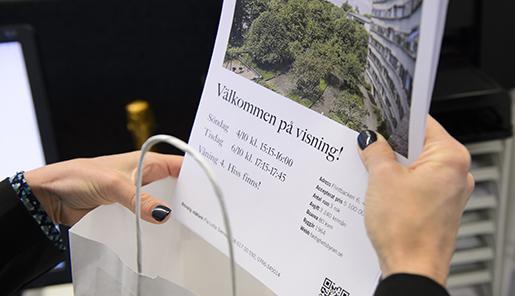 STOCKHOLM 20151002 M‰klare pFastighetsbyrÂn med ett informationsblad infˆr en visning Foto: Henrik Montgomery / TT / kod 10060