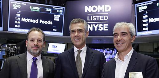 Glada riskkapitalister. Nomad Foods topptrio gläds åt New York-börsnoteringen i mars: I mitten vd Stefan Descheemaeker, flankerad av grundarna Noam Gottesman, vänster, och Martin Franklin, höger.Foto: Richard Drew/TT