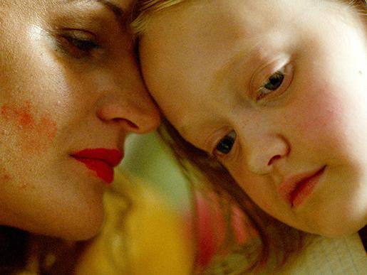 Mamman spelas av Maria Sundbom och flickan av Esther Quigley. Foto: Sebastian Danneborn