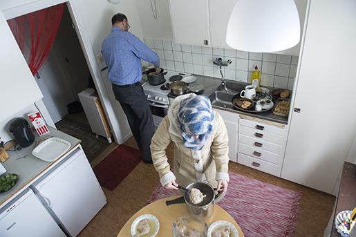 Stockholm20160219 Reportage om den syriska flyktingfamiljen al- Halaq. Familjen har nu fÂtt eget boende i T‰by. Reporter Esref har alla namnen. Foto: Fredrik Sandberg / TT / Kod 10080