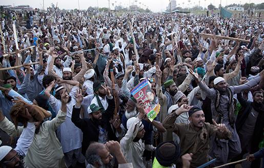 Sunnimuslimer i Pakistan protesterar mot dödsstraffet mot en polisman som skjutit och dödat en sekulär guvernör i landet. Foto: B K Bangash/AP