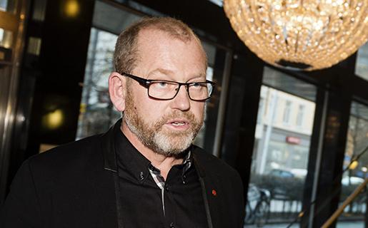 """STOCKHOLM 2014-03-31 AvblÂst strejk. Johan Lindholm (tv), ordfˆrande Byggnads, och Ola MÂnsson, vd Sveriges Byggindustrier, intervjuas i N‰ringslivets Hus i Stockholm pmÂndagskv‰llen efter att parterna enats om huvudentreprenˆrsansvar. Efter ett Ârs fˆrhandling och med hot om strejk har nu Byggnads och Sveriges Byggindustrier enats om ett avtal som ger huvudentreprenˆrsansvar utan solidansvar i byggbranschen. En """"ordning och reda fˆrs‰kring"""" finansierad av Sveriges Byggindustrier skall garantera avtalsenlig minimilˆn fˆr arbetare. Foto: Vilhelm Stokstad / TT / Kod 11370"""
