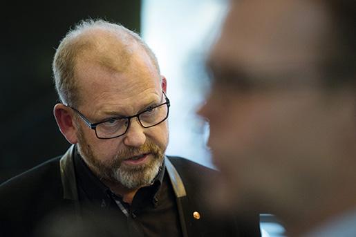 """STOCKHOLM 2014-03-31 AvblÂst strejk. Johan Lindholm, ordfˆrande Byggnads, och Ola MÂnsson, vd Sveriges Byggindustrier, intervjuas i N‰ringslivets Hus i Stockholm pmÂndagskv‰llen efter att parterna enats om huvudentreprenˆrsansvar. Efter ett Ârs fˆrhandling och med hot om strejk har nu Byggnads och Sveriges Byggindustrier enats om ett avtal som ger huvudentreprenˆrsansvar utan solidansvar i byggbranschen. En """"ordning och reda fˆrs‰kring"""" finansierad av Sveriges Byggindustrier skall garantera avtalsenlig minimilˆn fˆr arbetare. Foto: Vilhelm Stokstad / TT / Kod 11370"""