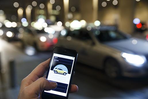 OSLO 20141124. Illustrasjonsbilde av den nye drosjeappen Uber som nhar kommet til Norge. Uber er et nettverkstransportselskap som forbinder pasasjerer med sjÂf¯rer med bil til leie og ridesharing-service. Foto: Heiko Junge / NTB scanpix / TT / kod 20520