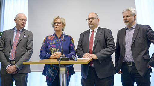 Stockholm 20160404 Carola Lemne, vd Svenskt N‰ringsliv (2:a fr.v.) och Karl-Petter Thorwaldsson, LO-ordfˆrande (3:a fr.v.) hÂller presskonferens med anledning av Ârets avtalsrˆrelse. Foto: Maja Suslin / TT / kod 10300