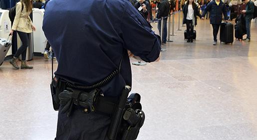 STOCKHOLM 20160322 Poliser ˆvervakar Arlanda flygplats i Stockholm. Efter attentaten i Bryssel fˆrst‰rker svensk polis sin n‰rvaro psvenska flygplatser. Foto: Johan Nilsson / TT kod 50090