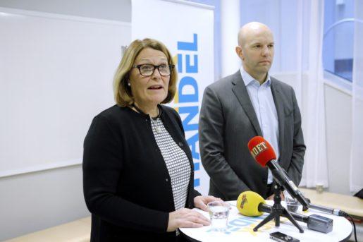 STOCKHOLM 2016-04-03 Vd Karin Johansson och fˆrhandlingschef Mattias Dahl dSvensk Handel hÂller presstr‰ff i Stockholm psˆndagen g‰llande det nya avtalet med Handels. Foto: Christine Olsson / TT / Kod 10430