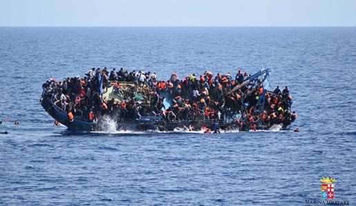 Bild från ett skeppsbrott den 25 maj i Medelhavet. Foto: Italienska flottan via AP