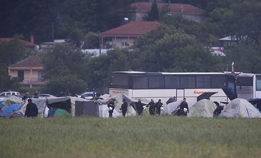 Kravallpolis på plats i Idomeni på tisdagen. Foto: AP/Darko Bandic
