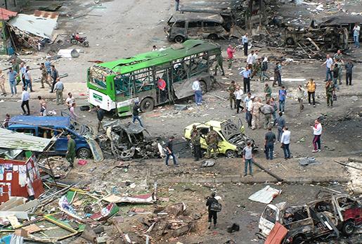 Resterna av en utblåst buss i staden Tartus. Foto: SANA via AP