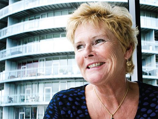 """Ordförande Lizette Risgaard blickar ut från danska LO:s huvudkontor på Islands Brygge i Köpenhamn. Hon blev snabbt känd som """"en handlekraftig dame"""" efter att ha bytt ut stora delar av organisationens ledning. Foto: Leif Tuxen/Scanpix Danmark"""