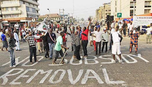 Oljepriset är en känslig fråga som lett till protester och strejker under flera år, denna protest skedde den 13 januari 2012 då demonstranterna också kritiserade ett förslag att ta bort de statliga oljesubventionerna. Regeringen backade efter protesterna då. Foto: Sunday Alamba AP-TT