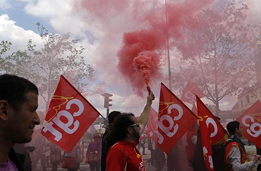 Fackföreningsaktivister marscherar genom Paris på tisdagen. Foto: AP /Francois Mori