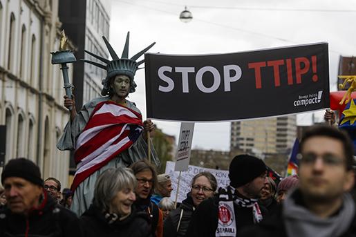 Protest mot TTIP i Hannover i Tyskland. Foto: AP/Markus Schreiber