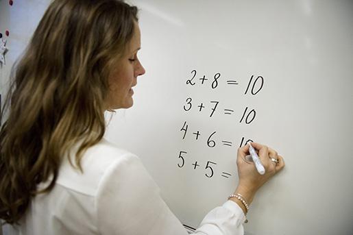 STOCKHOLM 20141217 En l‰rare undervisar en lÂgstadieklass, Ârskurs 2, i matematik i Sofia skola Foto: Jessica Gow / TT / Kod 10070