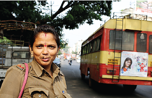 Aruna Patil är busskonduktör i Kolhapur i Indien. Foto: Estrella de la Reguera