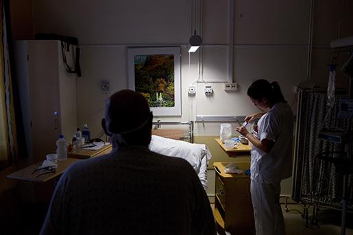 Oslo 20121003. 26 Âr gamle Kari Anne Seime jobber som sykepleier pRadiumhospitalet i Oslo. De siste Ârene har hun stadig fÂtt nye arbeidsoppgaver som har f¯rt til mindre tid til pasientene. Enkelte dager gÂr over halve arbeidstiden med til papirarbeid. Konsekvensene for Kari Anne er dÂrlig samvittighet overfor pasienter hun ikke har god nok til til f¯lge opp og at hun gj¯r feil. Dr¯mmen er jobb pet privat sykehus hvor hun fÂr god tid til det som var grunnen til at hun ville bli sykepleier; pleie pasienter. Foto: Tore Meek / NTB scanpix / SCANPIX / kod 20520