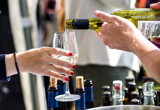 VISBY 2015-06-29 Vin serveras under ett mingel i Almedalen Foto: Marcus Ericsson / TT / kod 11470