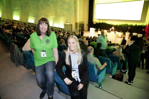 Från vänster Agneta Norman och Marie Pedersen på fackförbundet GS, Facket för Skogs-Trä- & Grafisk Bransch, som håller kongress i Västerås. Foto: Per Groth