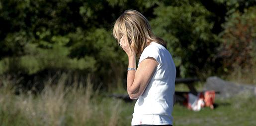 GRƒSK÷. 2009-09-13. Kvinna gÂr pbrygga och talar i sin mobiltelefon. Foto. Hasse Holmberg / SCANPIX Kod 96
