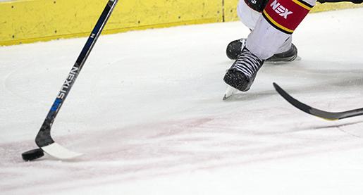 G÷TEBORG 2016-04-10 LuleÂs Christopher Mastom‰ki och Frˆlundas Robin Figren i kamp om pucken under semifinal 5 i b‰st av 7 mellan Frˆlunda HC och LuleHockey i SM-slutspelet i ishockey pScandinavium i Gˆteborg. Foto: Bjˆrn Larsson Rosvall / TT / Kod 9200