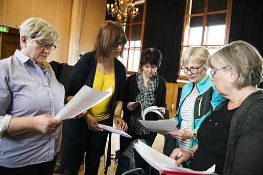 Carina Otterfalk, Lena Allonen, Ann-Cathrine Wasell, Britt-Marie Rudolfsson och Inger Bäckström Sjöström diskuterar låtarna till den kommande konserten. Foto: Robert Henriksson
