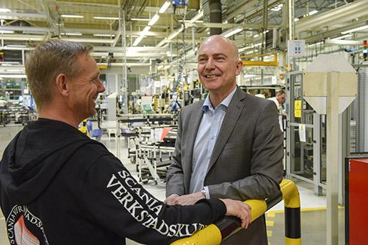 Från fabriksgolvet på Scania är det inte långt till företagshälsovården som finns på området. Huvudskyddsombudet Bo Luthin och företagshälsans chef Mikael Welinder ser stora fördelar med närheten. Foto: Anders Wiklund/TT